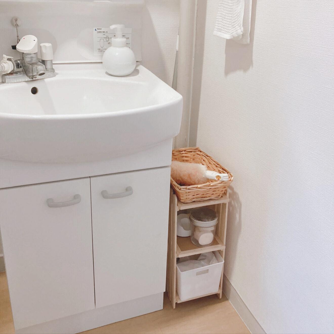洗面台の収納スペースが狭いので、壁と洗面台の間のデッドスペースに100円ショップのすのこでDIYした小さな収納棚を置いて有効活用されている事例。掃除用具やメイク用品など、頻繁に置くものはあえて外に出しておく、というのも使い勝手が良さそうです。