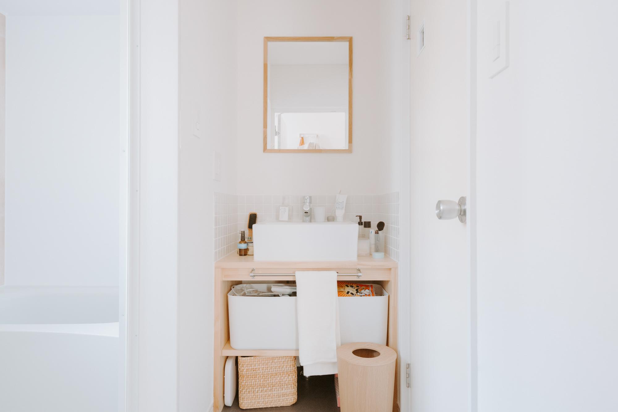 オープンタイプの収納があるこちらのお部屋では、白やラタンなど清潔感のあるアイテムで揃えて、すっきりと見せています。