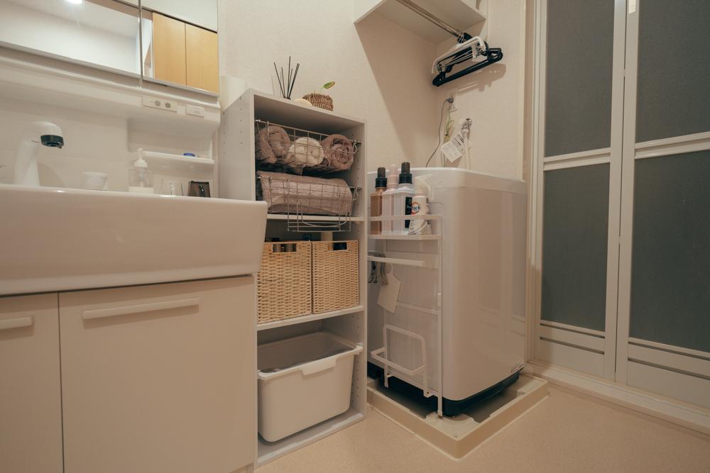 洗面所の隣に、ニトリのカラーボックスを配置してタオルや洗剤などを可愛く収納されている事例。タオルはワイヤーバスケットに収納することで、通気性も良いのがいいですね!
