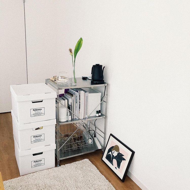 シンプル、2段のステンレスユニットシェルフは、一人暮らしの小さなお部屋でちょっとした収納兼間仕切りとして活躍。ナチュラルなお部屋でステンレス素材がクールなアクセントになってくれます。(このお部屋はこちら)
