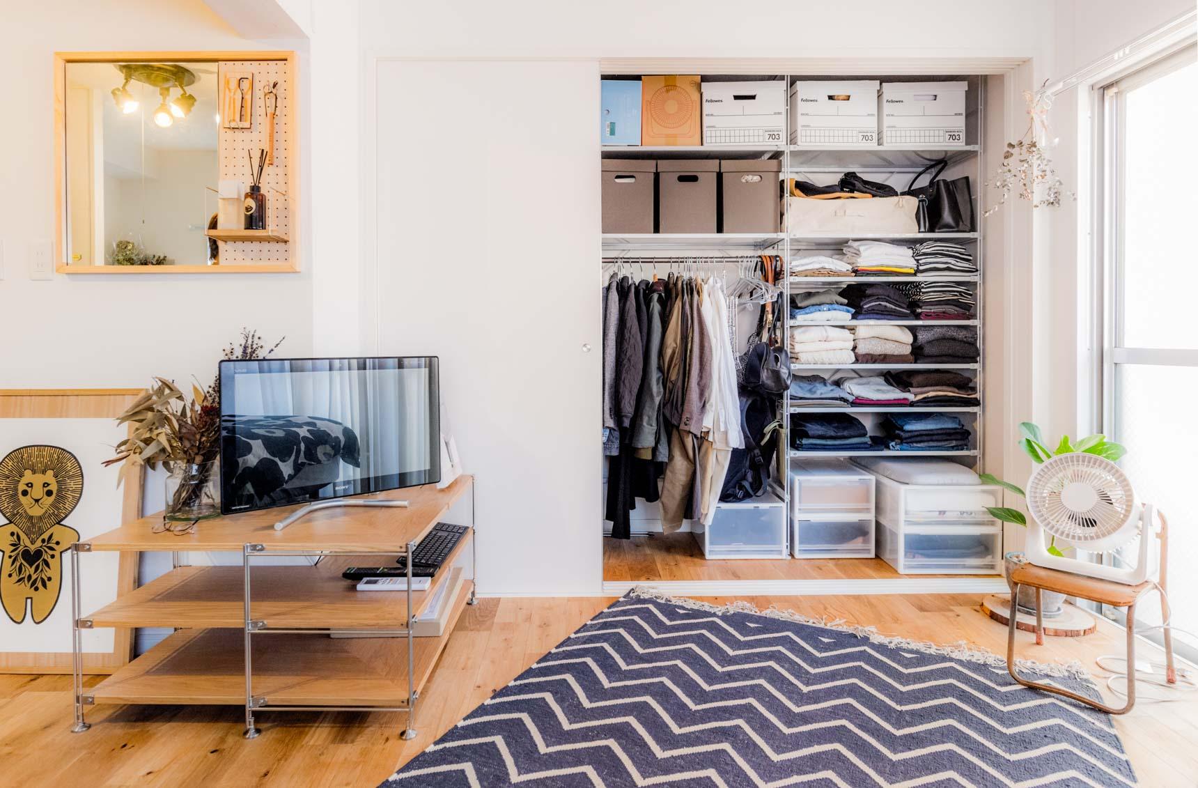 こちらのお部屋では部屋の角にピッタリのユニットシェルフを置いてテレビボードに。デッドスペースをうまく活用されています。(このお部屋はこちら)