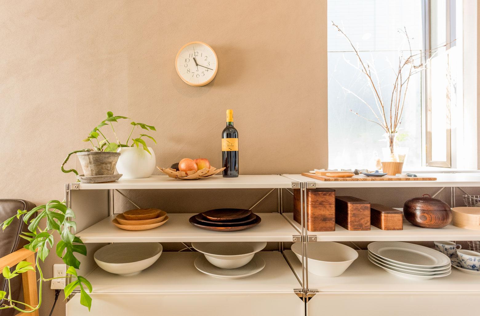 お気に入りの器を飾って収納する食器棚。棚1段の高さをかなり低くすることもできるので、食器が取り出しやすいんです。(このお部屋はこちら)