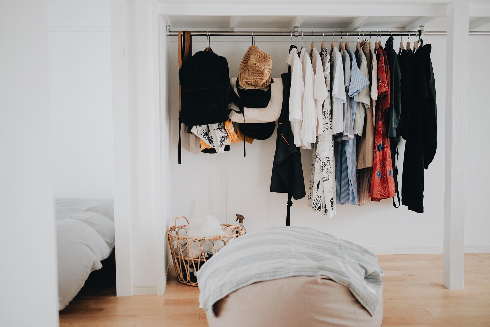 収納は元々スペースがかなりたっぷりとあるため、収納アイテムや家具は買い足さず、ゆったりと使われています。