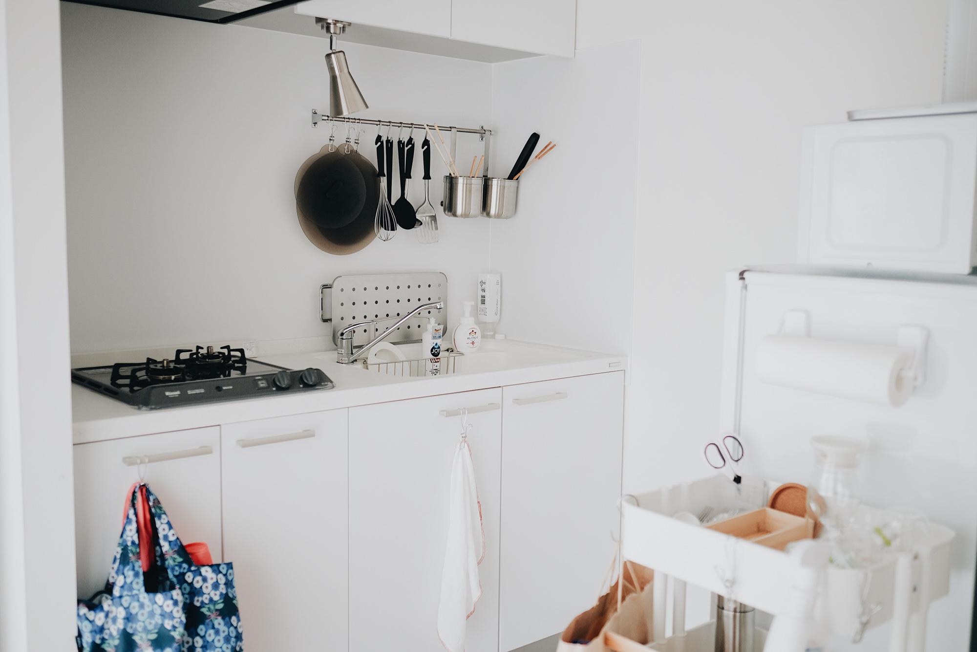 真っ白のデザインキッチンは、壁につけられたツールバーが便利だったそう。