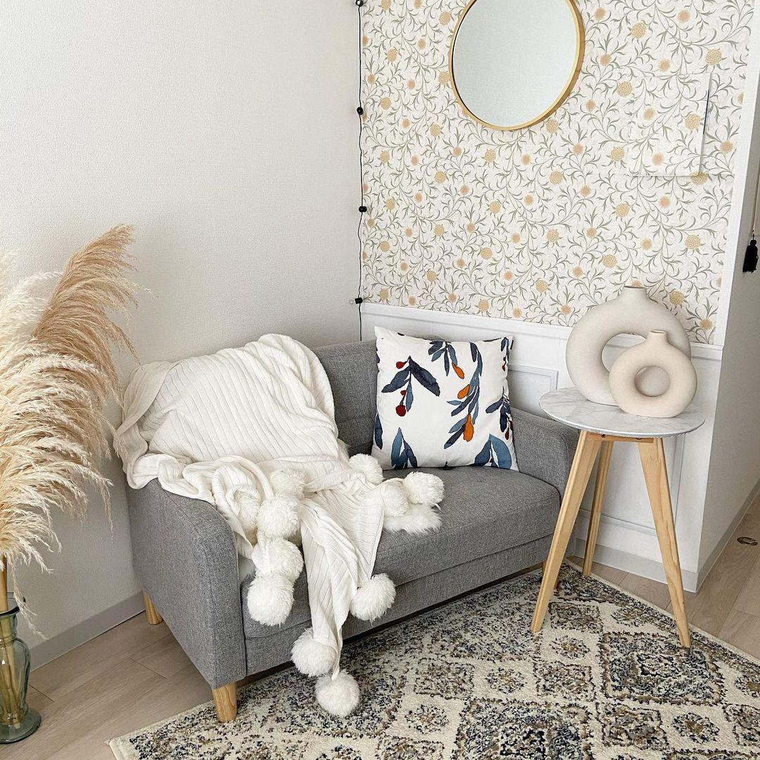 賃貸でも利用できるはがせる壁紙、たくさんの種類のものが出ています。こちらのお部屋のように大胆な色や柄のものを使うときは、部屋の小さい面から使うのがおすすめ。(このお部屋はこちら)
