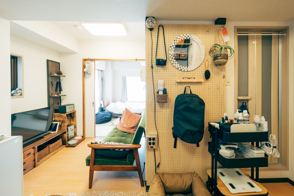 壁に自由に使える収納が欲しいときに便利な有孔ボード。賃貸でも、床と天井で突っ張って柱を立てるディアウォールやラブリコなどを使えば、気軽に設置できます。(このお部屋はこちら)