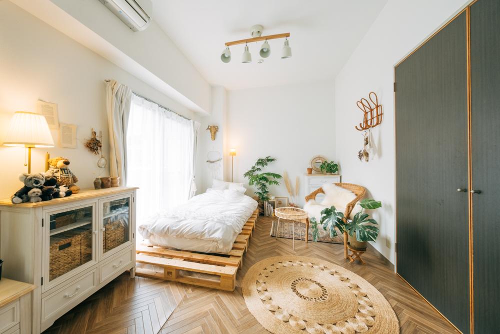 クッションフロアとは、ビニール製でクッション性のあるシート状の床材のこと。賃貸でも、はがせる両面テープを使って簡単に施工できます。こちらのお部屋ではヘリンボーン柄のクッションフロアを使ってお部屋全体をイメージチェンジ。(このお部屋はこちら)