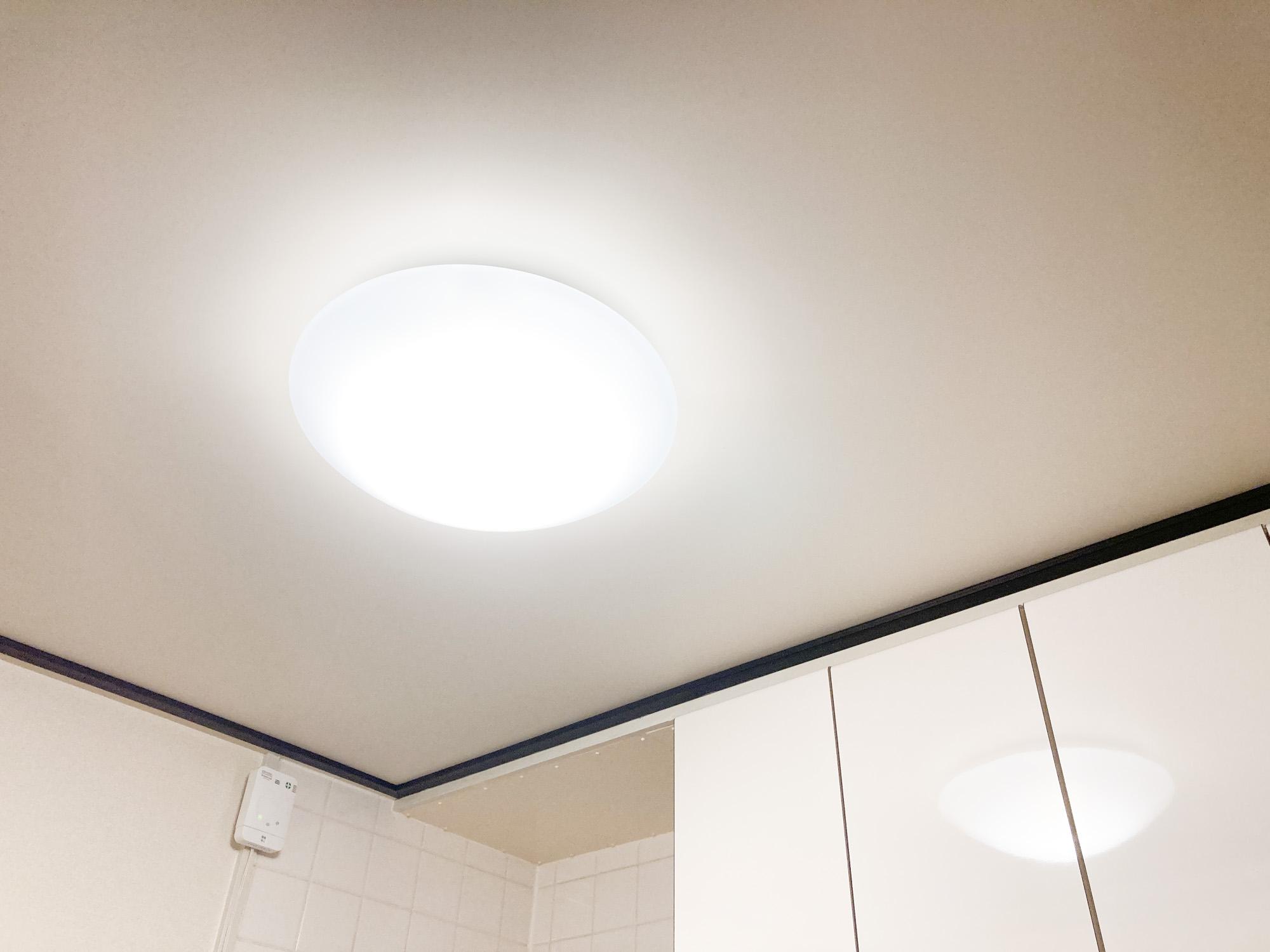 シーリングライトとは、天井に直に取り付けられたご覧のような照明のこと。広範囲を明るく照らせるため、1Kやワンルームのお部屋でつけられていることが多いですが、部屋全体が単調に見えてしまうことも。