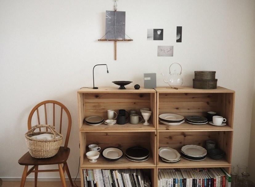 部屋の中ではあえて「見せる収納」にして、器を飾ってインテリアとしても楽しんでいるのだそう