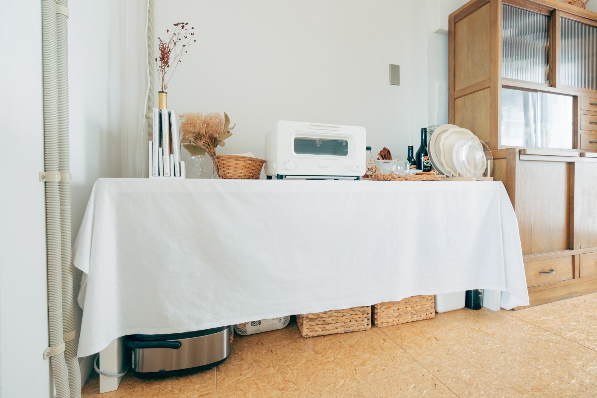 キッチンなど、日用品な食品のストックでごちゃごちゃしている棚は、布をかけて隠してしまうのもありです。(このお部屋はこちら)