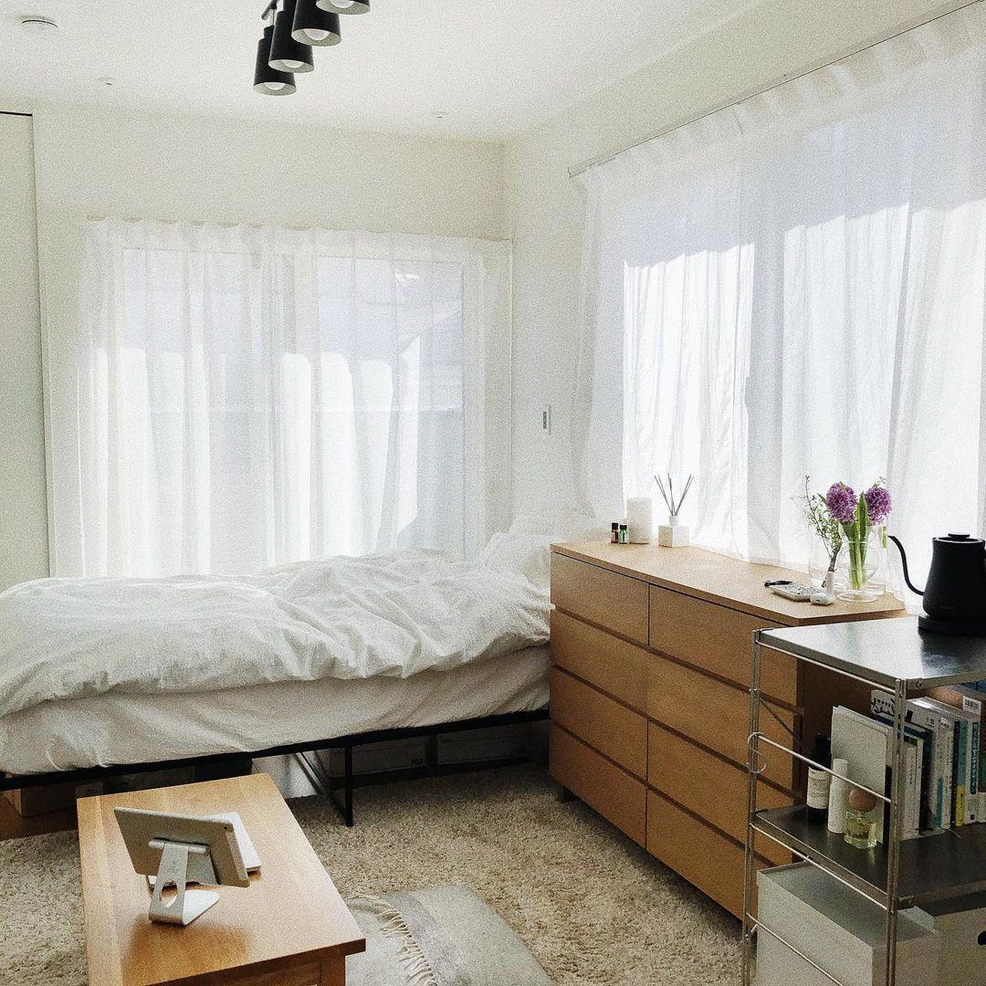 部屋の中で大きな面積を占めるカーテン、ベッドのファブリックは、なるべく白を選ぶのが正解。ホテルなどのベッドリネンもほとんどの場合、白が使われています。生活感なく、清潔感ある部屋にする第一歩です。(このお部屋はこちら)