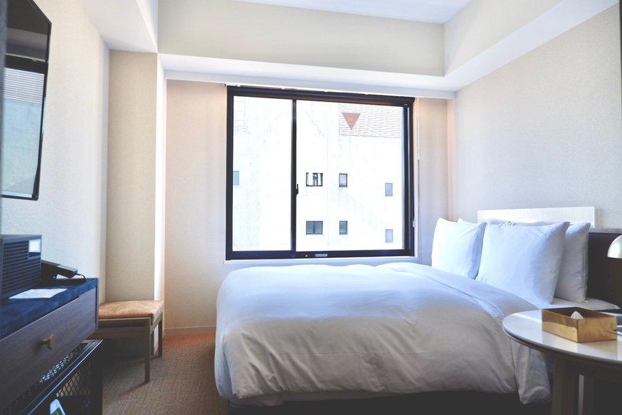 山手線秋葉原駅から徒歩6分の好立地で、おしゃれなラウンジスペースが人気のホテル。室内の内装もおしゃれで居心地が良いのも特徴です。シャワーとトイレが別なのでゆったり過ごすことができます。
