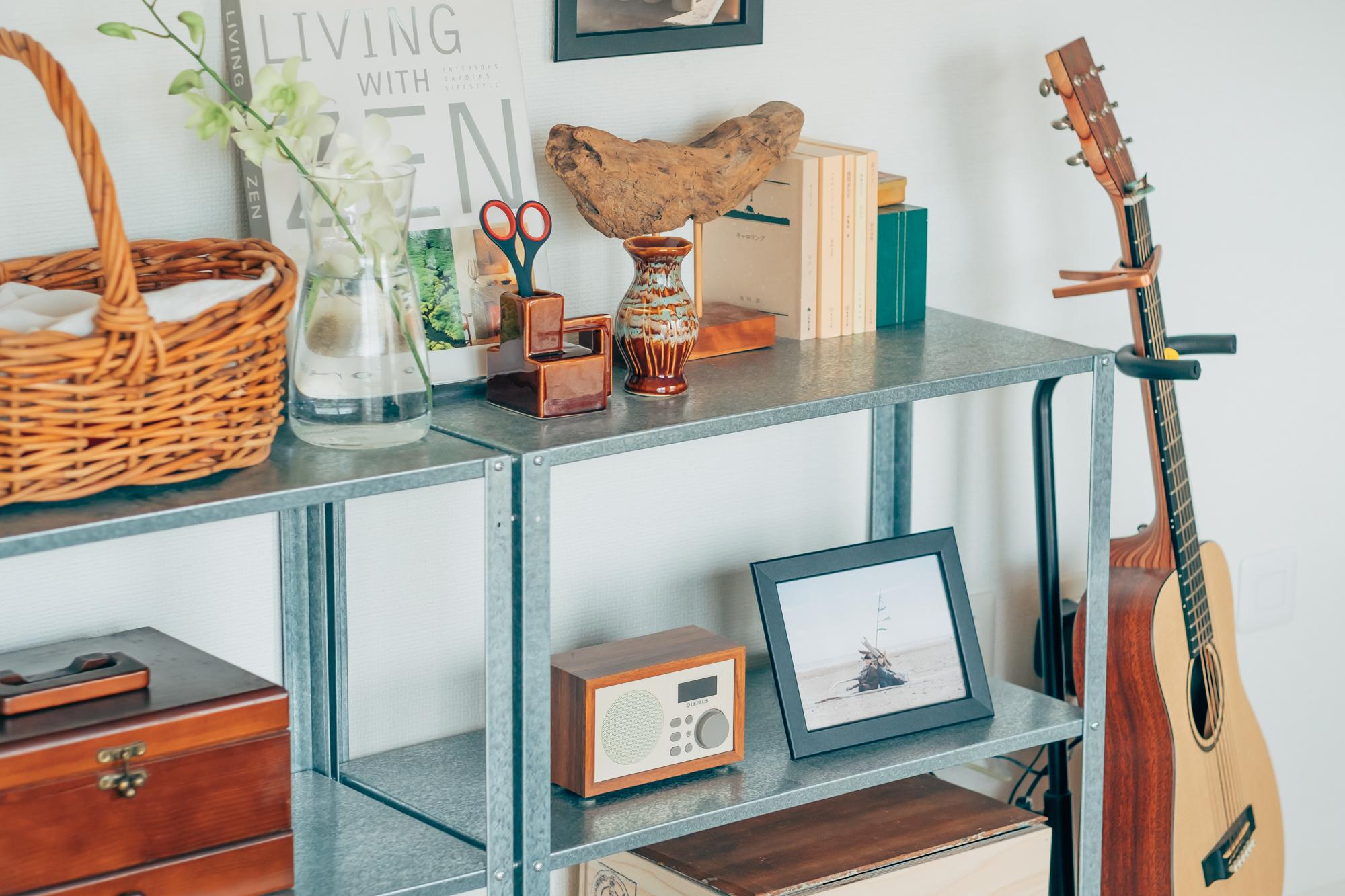 古道具屋さんを見に行くのが好きというyuzuさん。リビングに置かれた棚には、絵になるアイテムがたくさん並べられています。