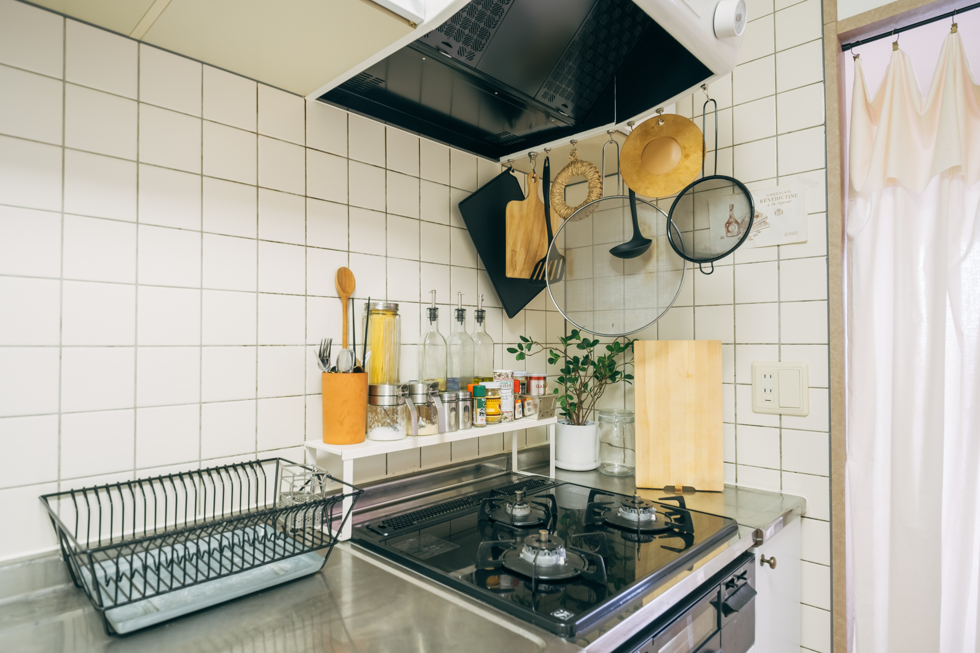 十分な広さがある白いタイルのキッチン。