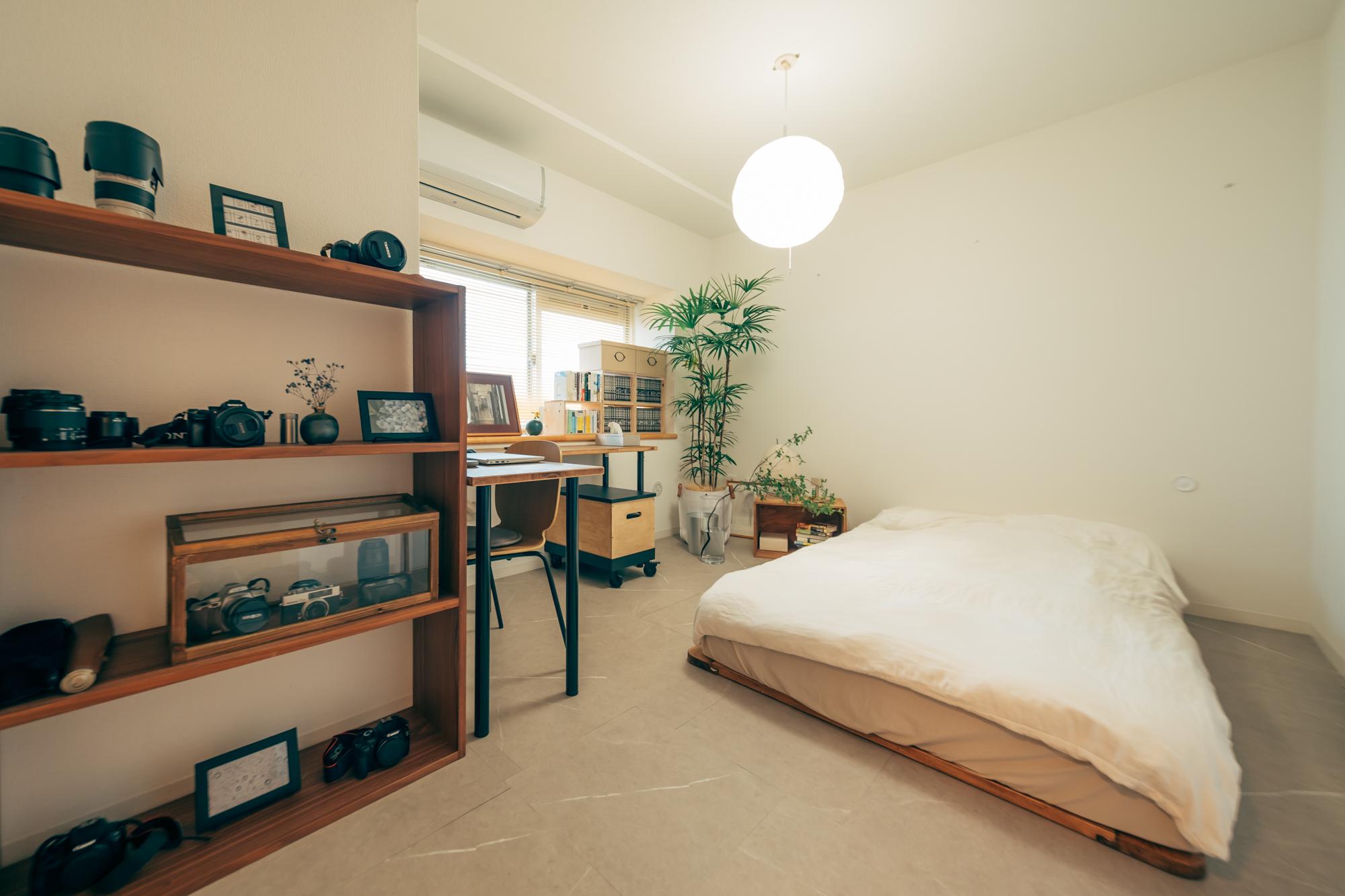 こちらが、玄関横にある寝室。写真右手には大きめのクローゼットがあり、お二人の荷物はクローゼットの中に整頓して全て収められています。