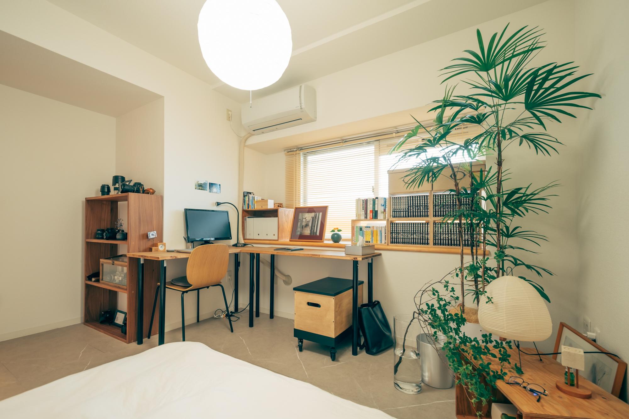 窓側にはDIYのコーナーデスクを置いて、仕事ができるスペースに。