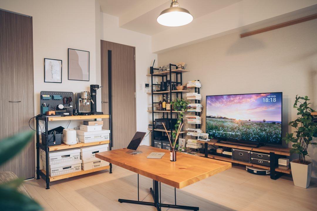 テレビボードや、周辺の棚も、木とアイアンで雰囲気が統一されていますが、それぞれイメージに合ったものを別々のところで見つけてきたそう。