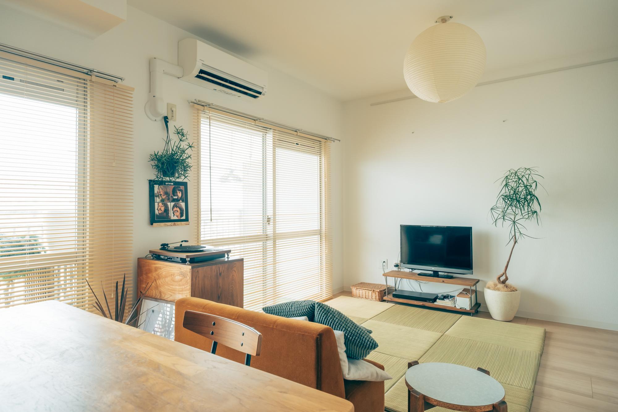リビングには置き畳と、照明にはイサムノグチの「AKARI」をチョイス。和紙風の色味のブラインドが和の雰囲気によくマッチしています。日差しが調節できるところがお気に入りポイントだそう。
