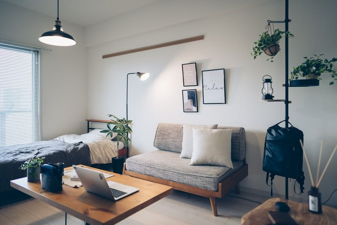 10畳ほどの1Kで一人暮らしをされているタカヒロさん。窓辺にはアルミブラインドを導入し、すっきりと見えるお部屋に。