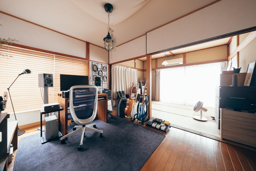 こちらは、築50年超の1DKで一人暮らしをされているリュウさんのお部屋。音楽活動を行うワークスペースにブラインドを導入。