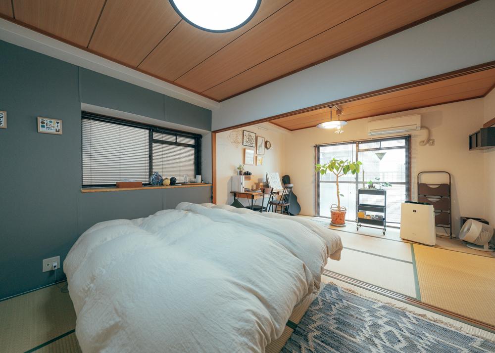寝室の小さな窓にもブラインド。グレーを選んでもブラインドなら羽で調節が可能なので、重くなりすぎず、スタイリッシュな雰囲気になりますね。(このお部屋はこちら)