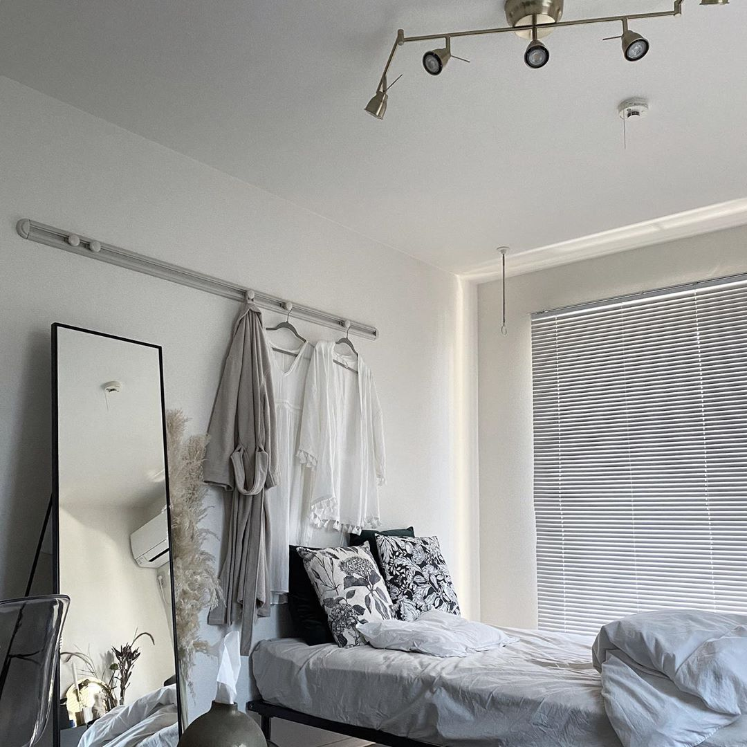 シンプルモダンなモノトーンインテリアにも、もちろんブラインドは好相性です。こちらは、26㎡ほどの1Kにお住まいのsuiさんのお部屋。