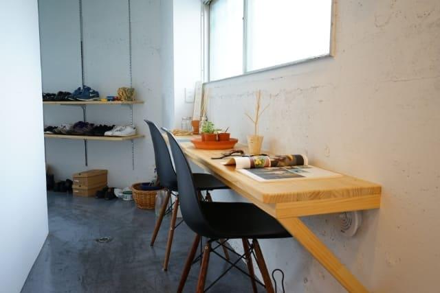 玄関方面には、テーブルとしても使える棚を設置しています。優しい光を浴びながらリモートワークや読書をしたり、雑貨を置いてお気に入り空間にもなりそうです。