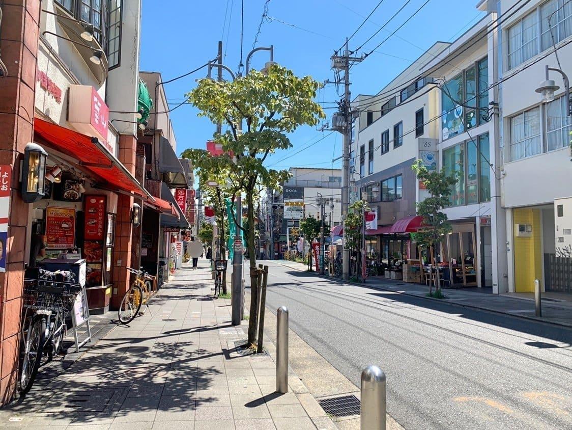 尾山台駅を出ると目の前に「ハッピーロード尾山台」という商店街が広がっています。通りを歩いていくと、ミニスーパーやドラッグストア、飲食店も多く、帰り道に買い物や食事も済ませられますね。