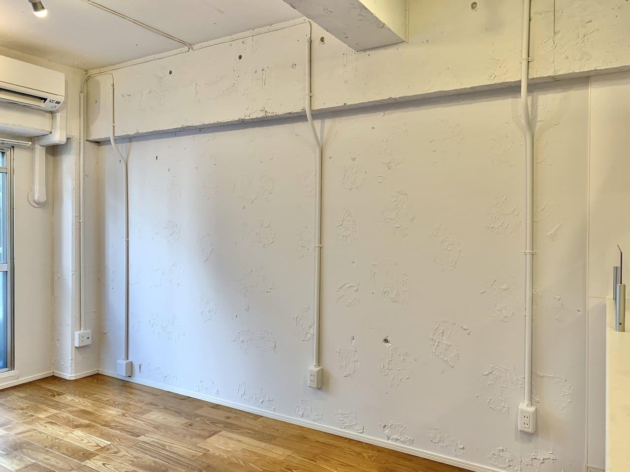 壁はあえて塗装跡を残し、味のある質感に。配線もむき出しになっていてラボのようなかっこよさを感じられますね。