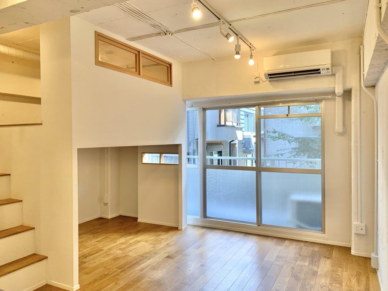 小窓付きのロフトが秘密基地のような雰囲気に。上下の空間を上手く使ってレイアウトしたいですね。