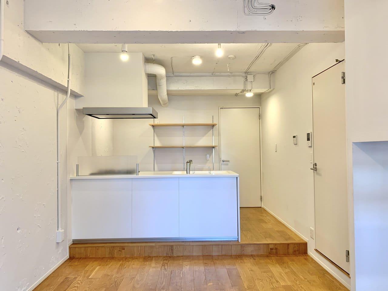 キッチンは開放的な空間を見渡せるカウンタ―タイプ。背面には可動棚があり、食器やケトルなど並べられます。