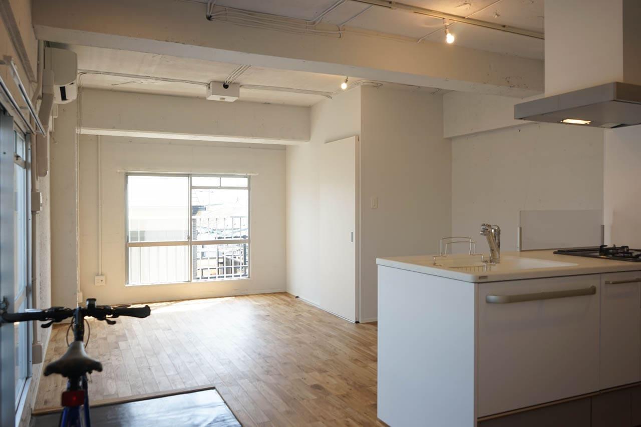 居室の広さは約17帖!1DK間取りの壁を取り払い、開放的なワンルームになりました。こちらもカウンタ―キッチンでお料理を楽しめます。