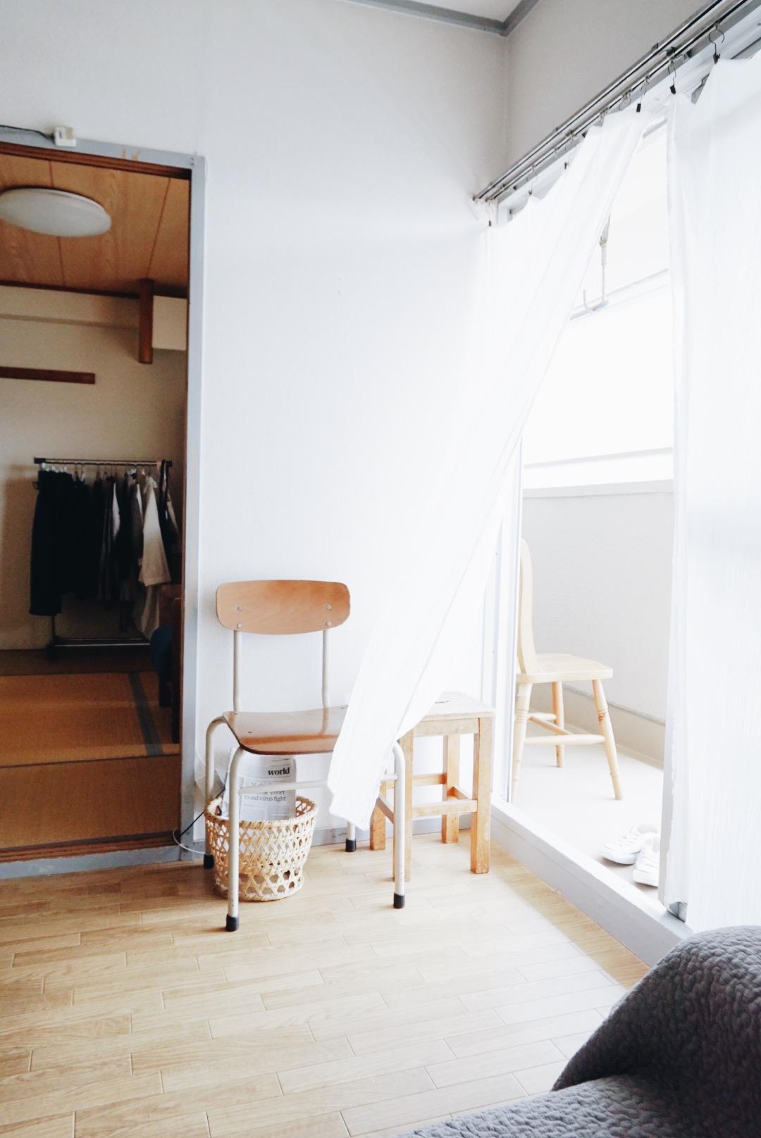 ただお気に入りのスツールや椅子を一脚、そっと置いておくだけでも絵になりますね。上に雑貨や植物を置いてもいいですね。
