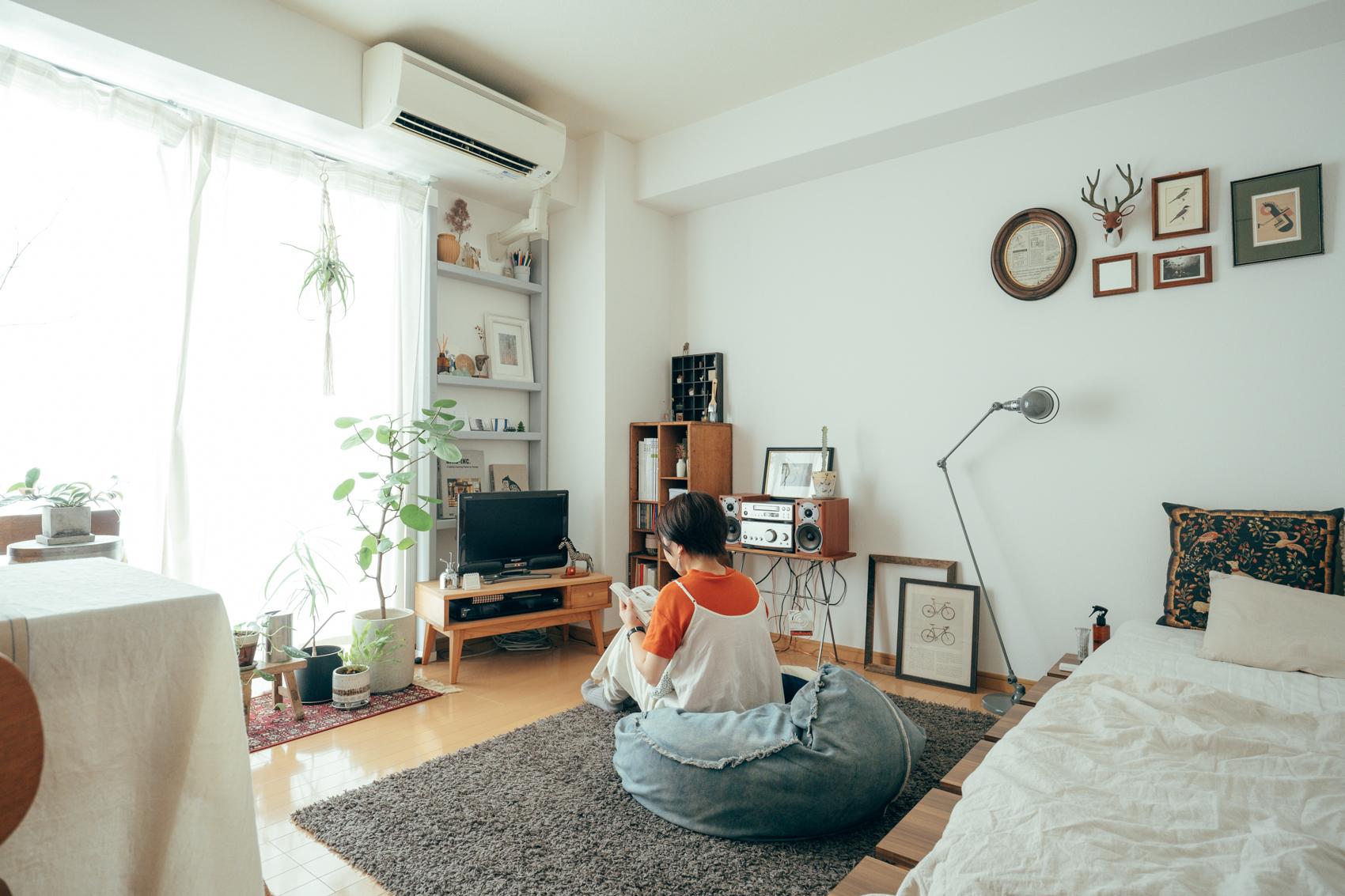 広い正方形の1Kに住んでいる方の事例。壁面ディスプレイは雑貨を飾る為にディアウォールを使って自ら作ったディスプレイスペースも。「テレビが小さくて、背面の壁が寂しいと感じたので作りました。季節や気分に合わせてディスプレイ替えを楽しめる、お気に入りの場所です」