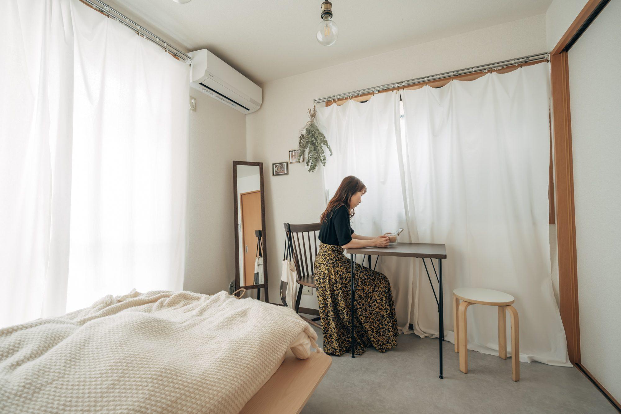 お気に入りのカフェをイメージしてつくられた1DKのお部屋。部屋の入口と反対側にある角に姿見を配置することで、お部屋を広く見せられる効果も生まれますね。