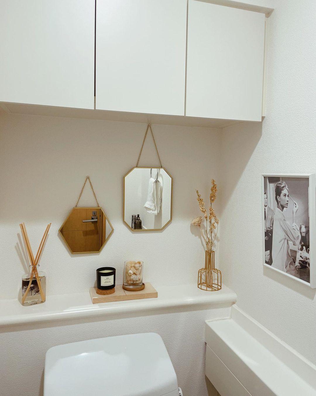 ナチュラルカラーで統一されたお部屋のトイレです。フレグランスや写真などのカラーが揃っているのでスッキリとした印象に。また、ミラーがあると奥行きが生まれ、少し広く感じますね。(このお部屋を見る)