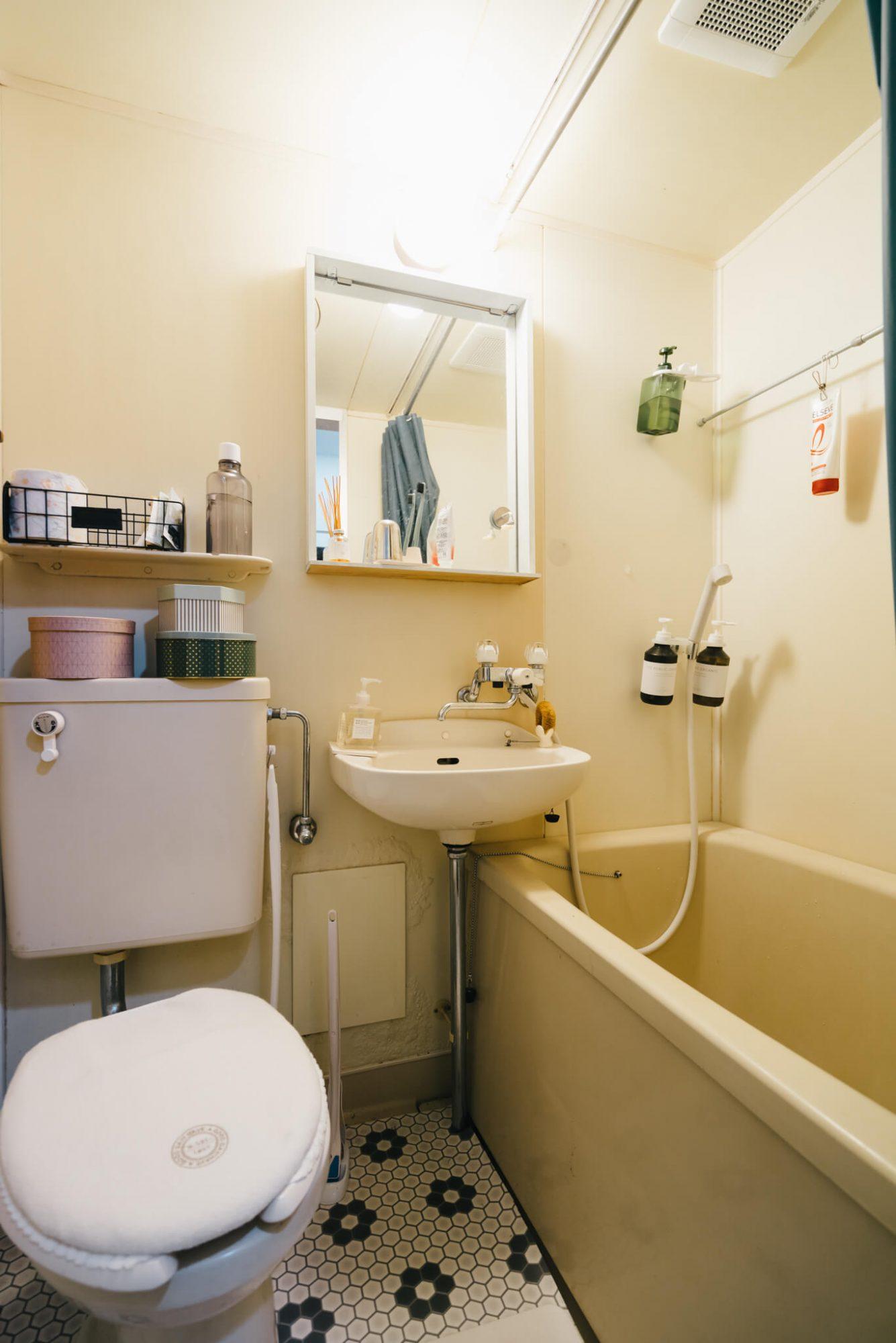 柄が特徴的なクッションフロアを敷くことで、ちょっぴりレトロな雰囲気に。クッションフロアだと床全体にぴったり敷くことができるのがいいですね。水に濡れてもサッと拭けばオッケー!(このお部屋を見る)