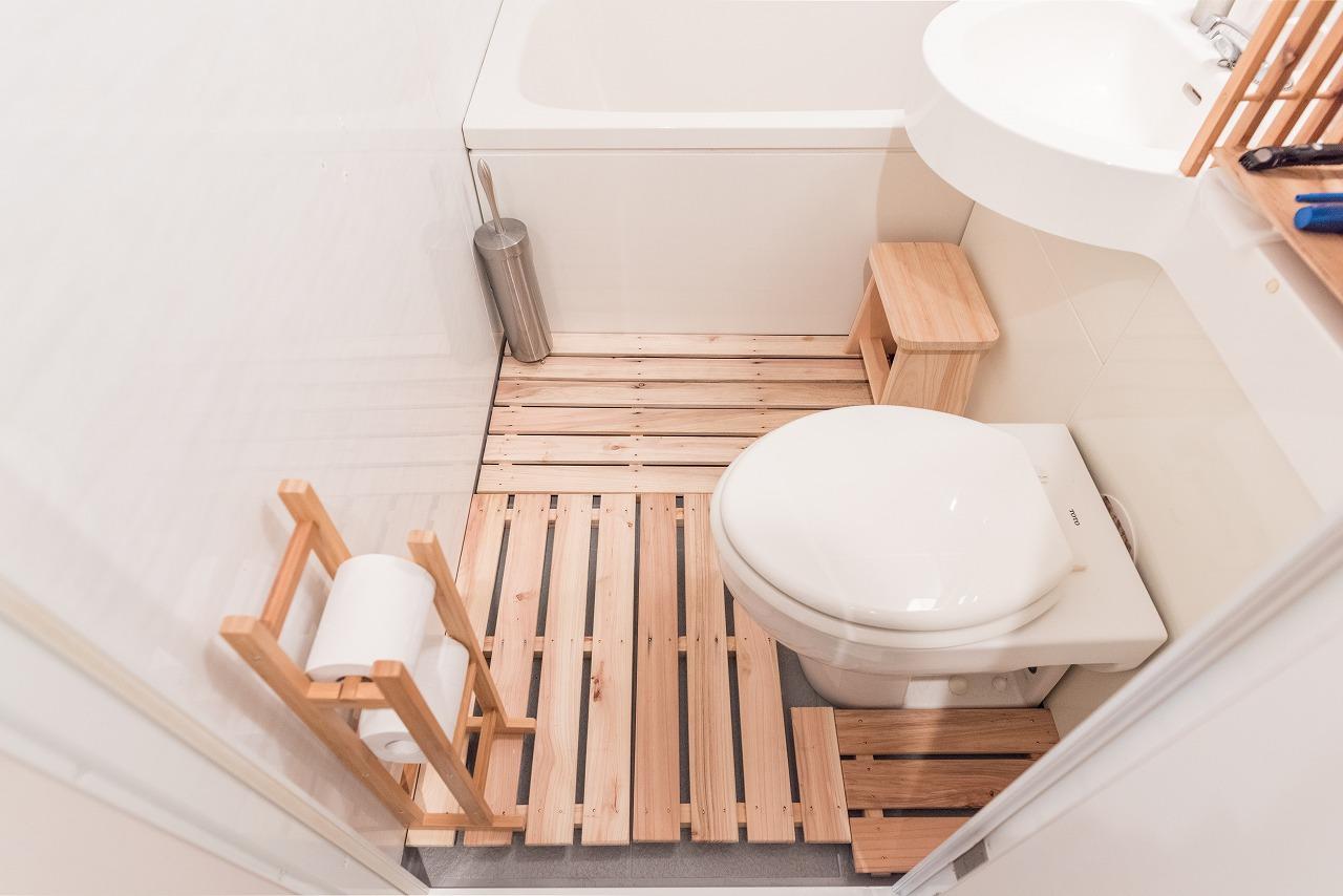 こちらのお部屋は、すのこを敷くことで足元の問題を解決。予備のペーパー置き場や洗面用具を並べる棚も木製で揃えており、シンプルながらも垢抜けています。(このお部屋を見る)