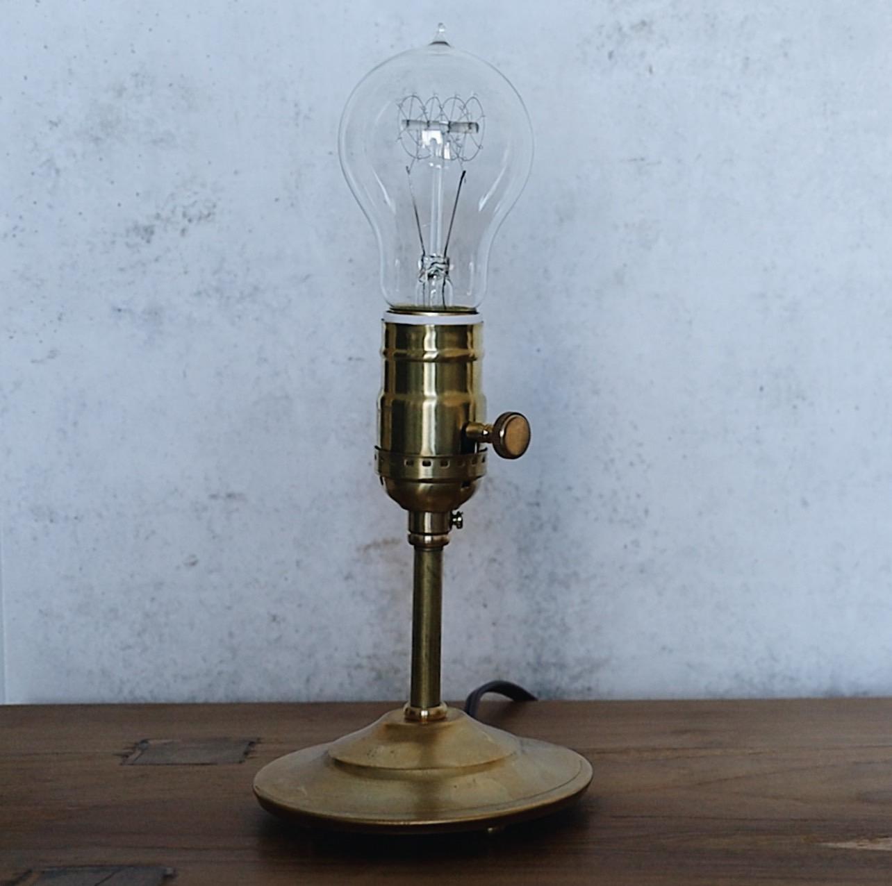 真鍮のスタンドに、電球が取り付けられたシンプルな照明です(「POINT NO. 39」の「真鍮スタンド照明 S size」/約15,180円)