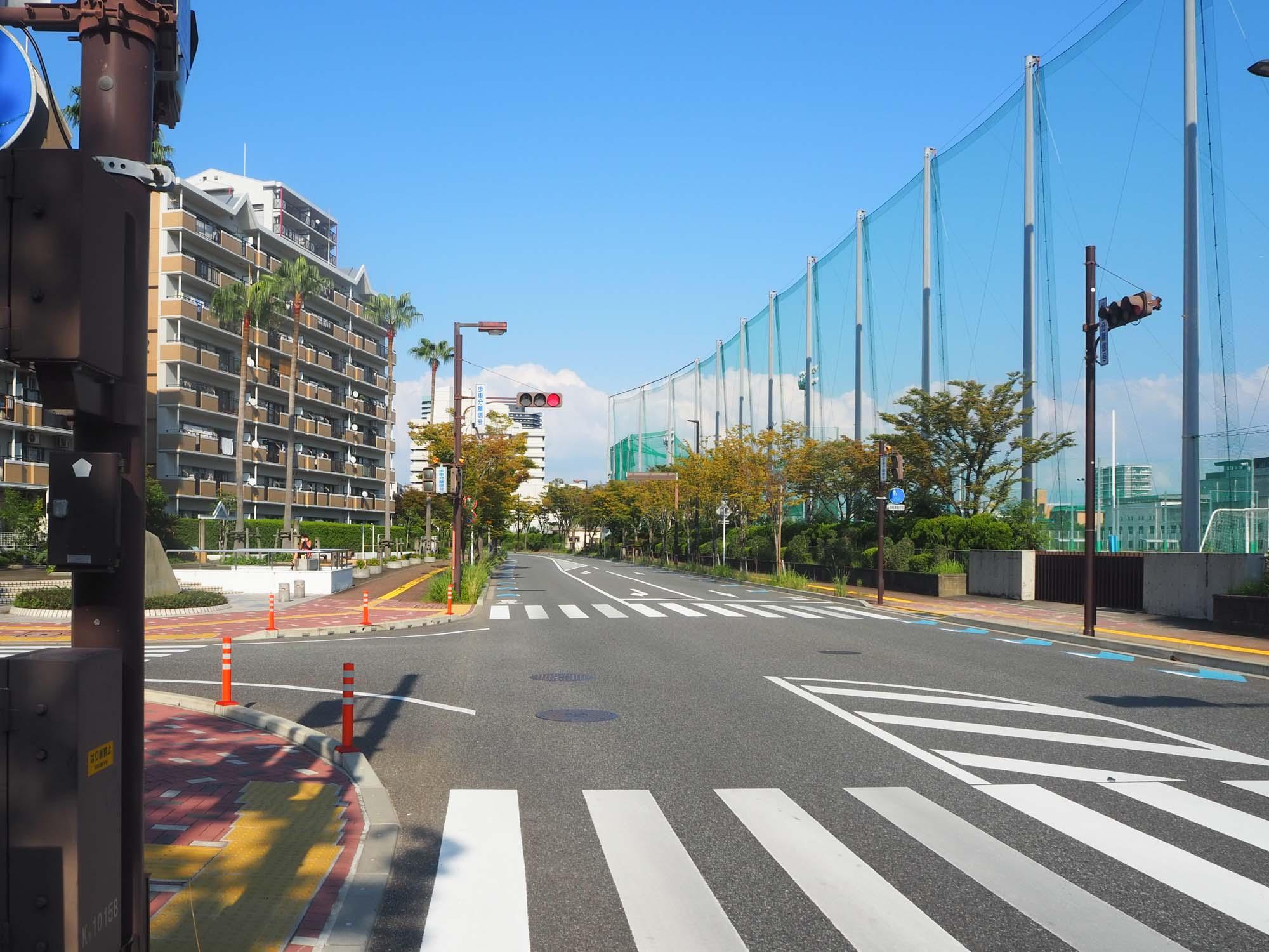 サザエさん通りから少し外れて、自転車レーンを走ります。道路も広く、気持ちよく走れる道です。