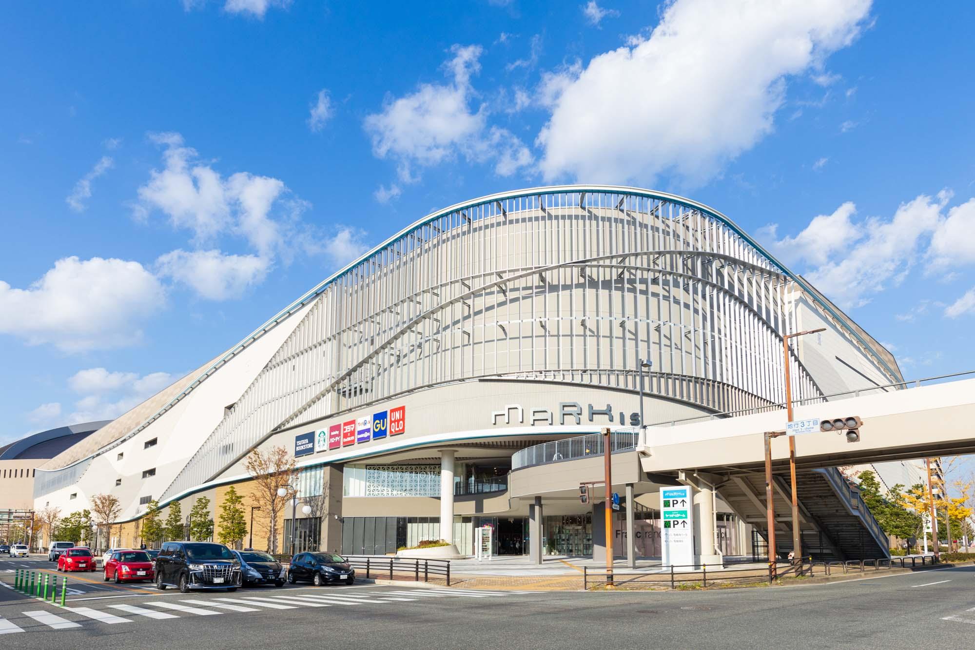 ドームの隣には「MARK IS 福岡ももち」があり、休日のショッピングや映画も楽しめます。