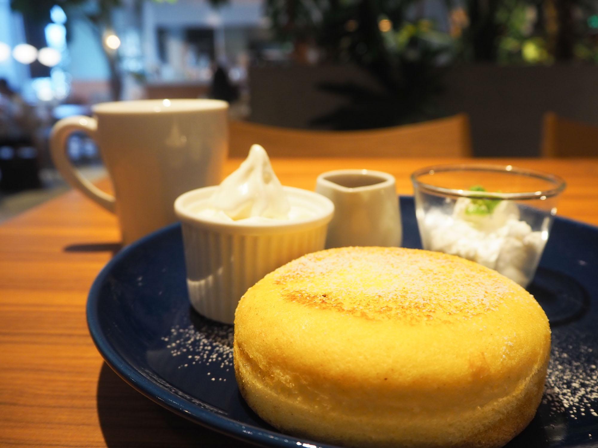 オススメの「リコッタチーズパンケーキ(税込1190円)」をいただきました。 外はバターの香りが効いてサクッ、中はフワフワ。至福の時間でした。