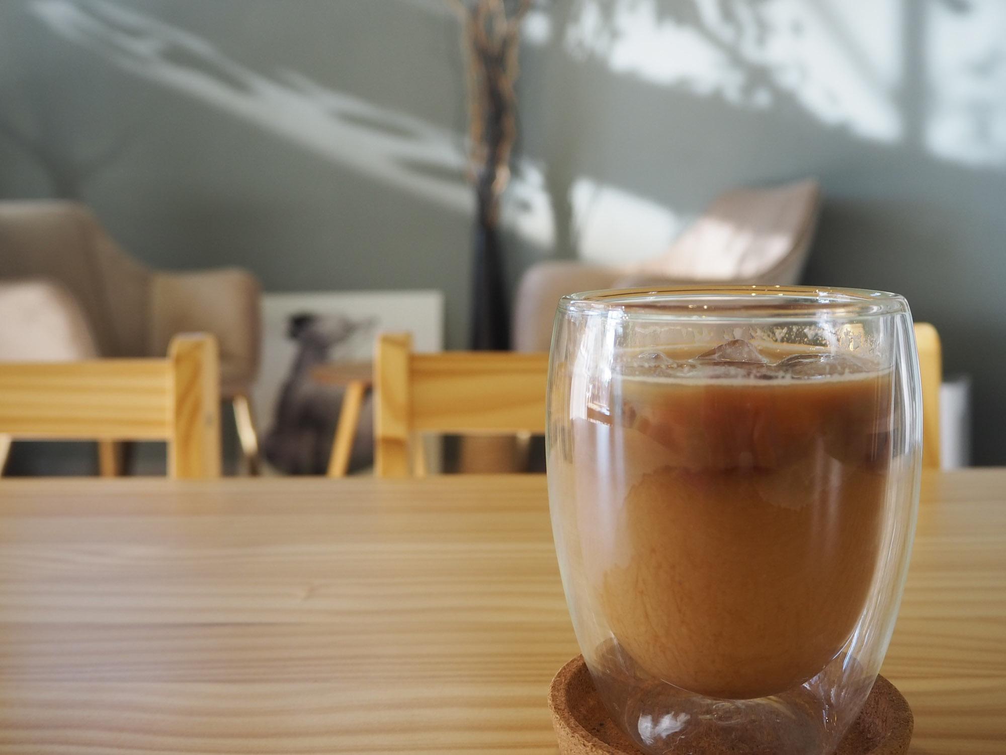 アイスカフェモカ(税込400円)をオーダー。なんだかどんぐりのようなフォルムのグラスがかわいいですね。