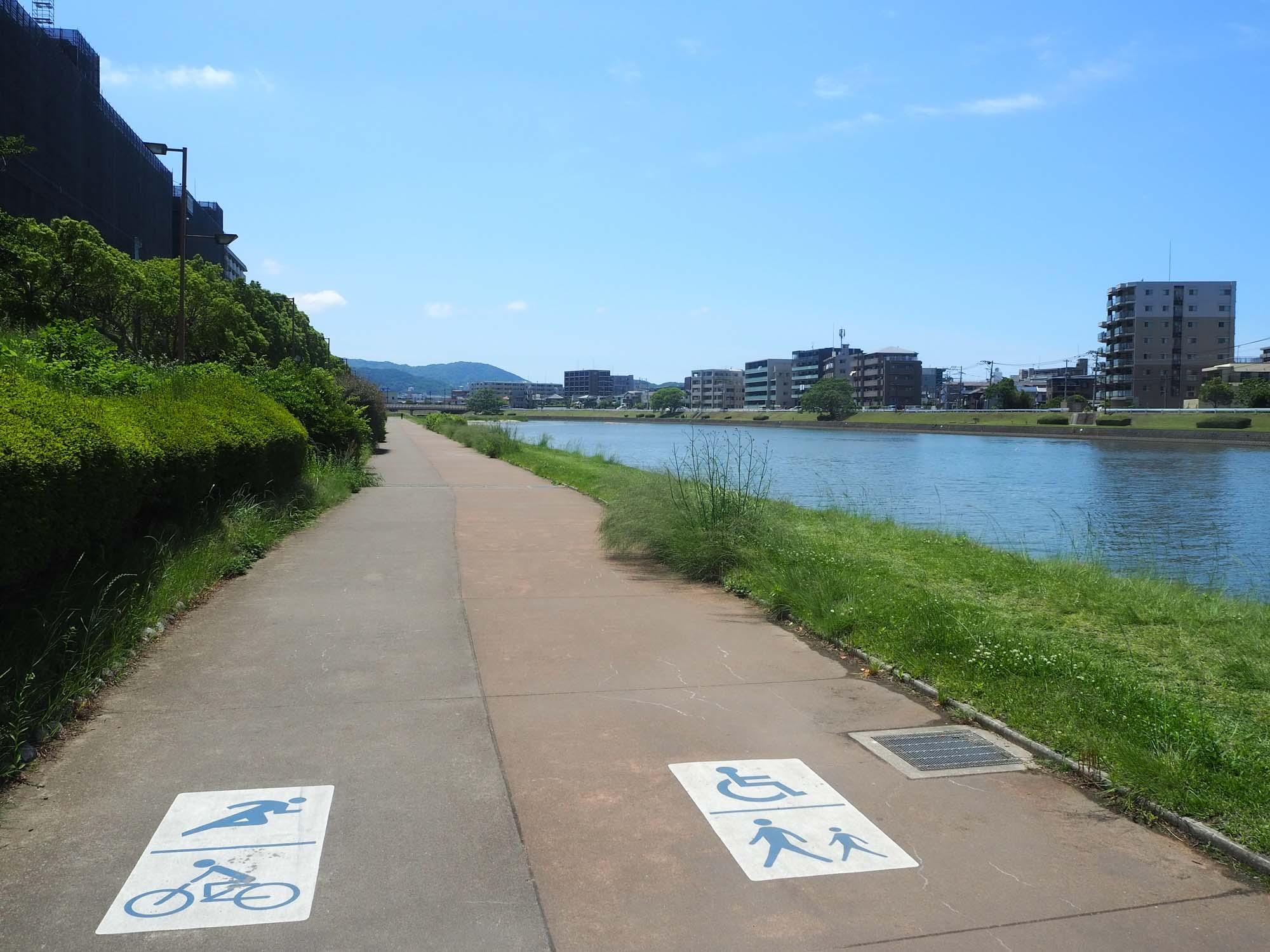 山側へ向かうサイクリングロード。お散歩コースとラン・バイクコースに分かれています。