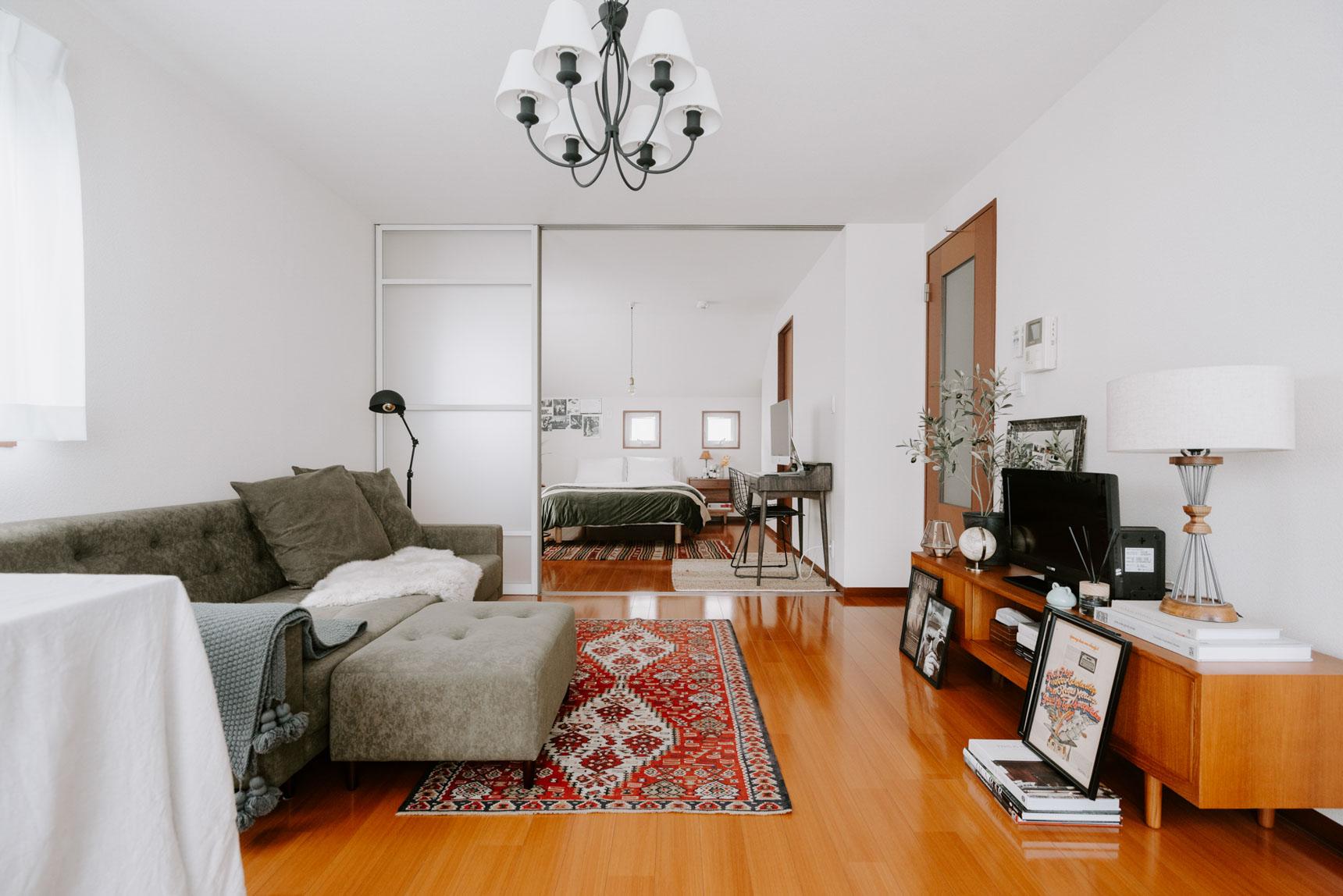 お二人暮らしを始めたばかりという1LDKのお部屋は、大きな家具がいくつかと、雑貨棚はあるものの、パートナーがミニマリストなこともあって比較的物が少なく、とても広い印象です。