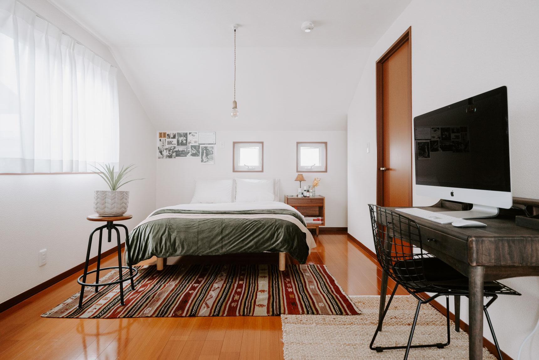 寝室にも余計なものは極力置かず、ベッド・ワークデスクに厳選。7畳というベッドルームですが、もっと広く感じられますね。