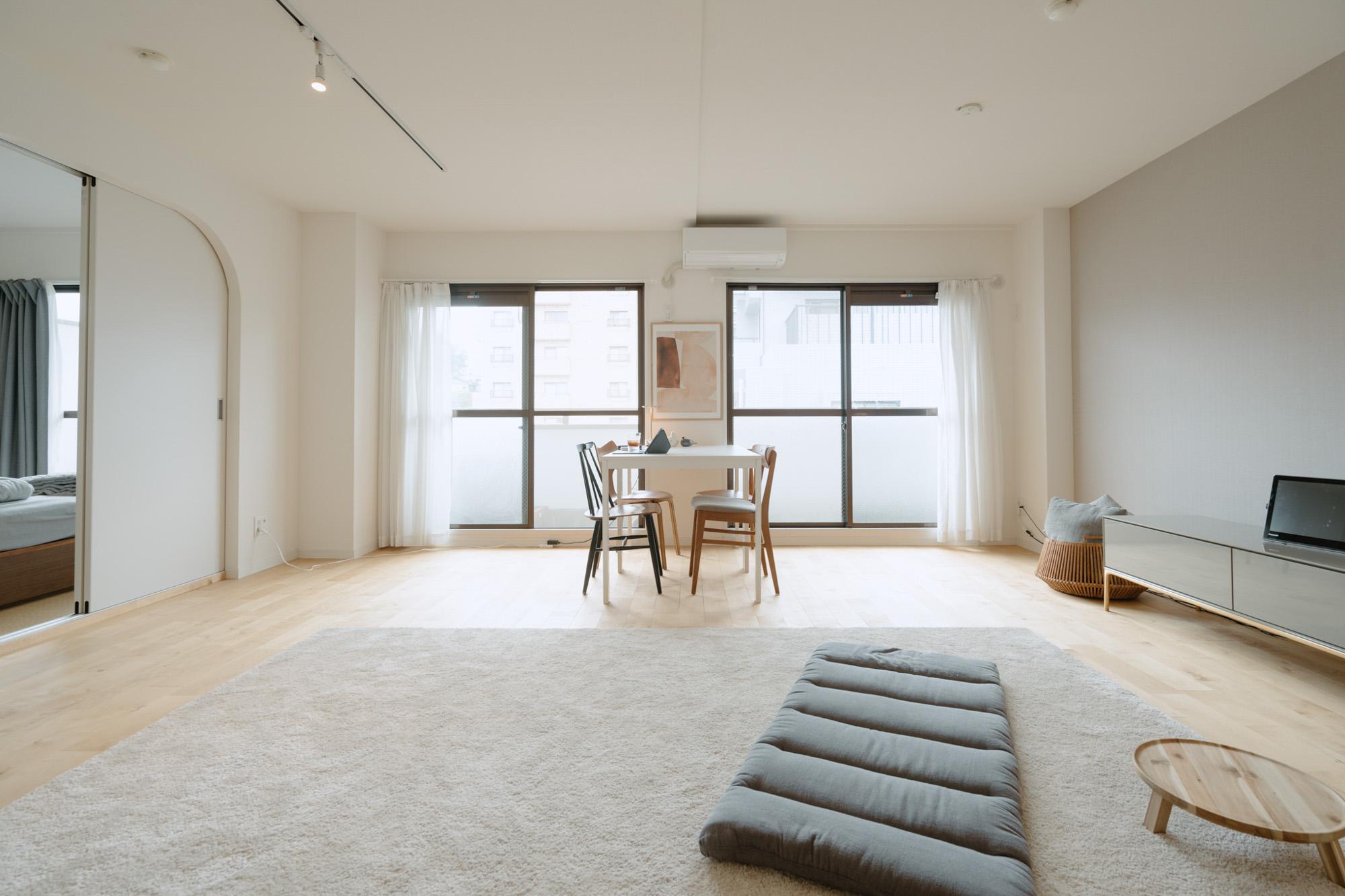 goodroom スタッフの岡山さんが娘さんと暮らしているのは、63㎡の2LDK。goodroomのオリジナルリノベーション「TOMOS」イチオシの無垢床がこんなに広く見えるお部屋もなかなかないかも。大きなソファは置かず、ラグマットの上でくつろぎます。
