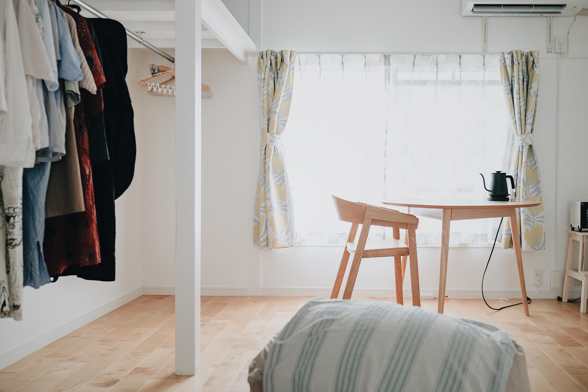 こちらのTOMOSで生活されている方のお部屋。間取りは40㎡ほどの1LDKで初めての一人暮らしをされているkannaさんです。ベッドルームの入口や、元押入れの収納部分には扉がなく、とても開放的で風がよく抜ける間取りになっています。