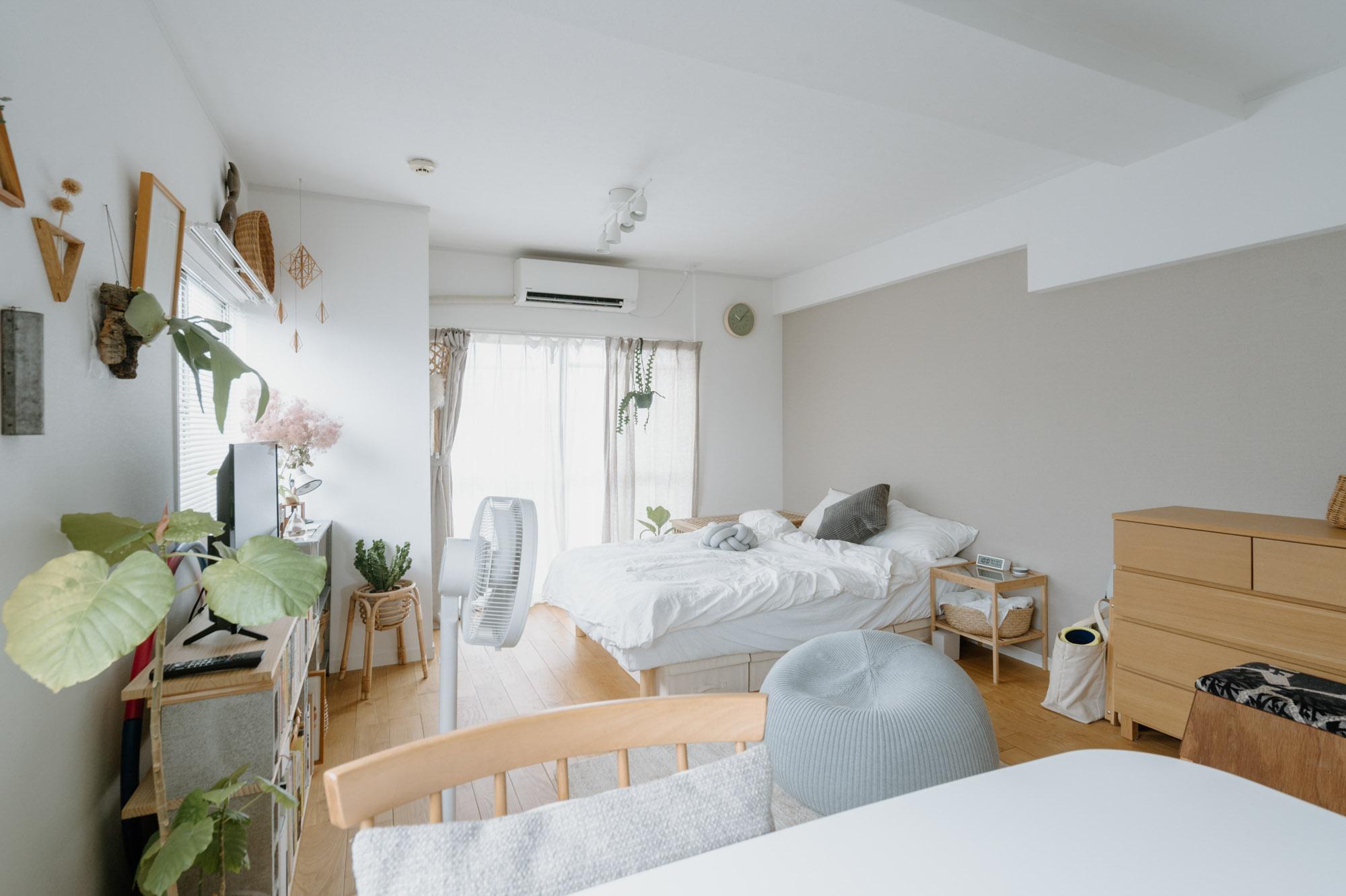 居室部分は約9畳。グレーのアクセントクロスが大人っぽい無垢フローリングのお部屋、白と木の家具でまとめて、すっきりと暮らしていらっしゃいます。