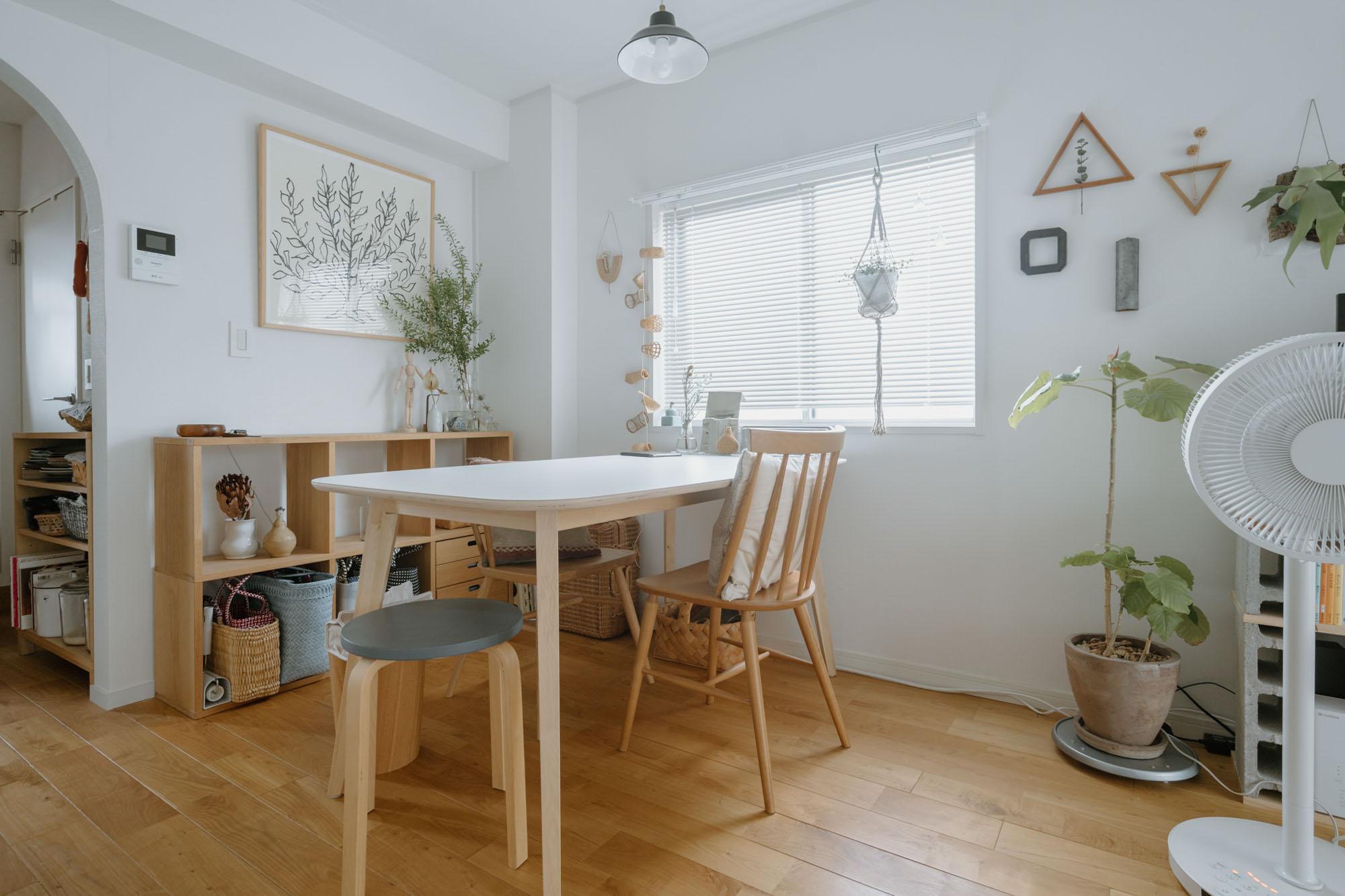 そして、IKEAの大きなダイニングテーブルを置いた、食事とワークスペースとに、お部屋はゆるく分かれています。